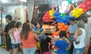 Les parents et leurs enfants célèbrent la fête des enfants dans une grande boulangerie de la ville Natal. (Crédit photo: Fabio Santana).
