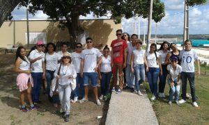 Les étudiants du course technique en Halieutique (EAJ) , sous la surveillance de la professeure Joanice, en train de partir pour visiter la ferme de permaculture à Macaiba. (Crédit photo: Fabio Santana).