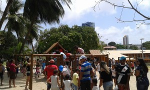 Les jeunes en jouant durant la fête des enfants dans la cité des enfants à Natal. ( Crédit photo: Fabio Santana).