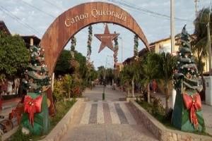 La Brodway, la principale rue du village Canoa Quebrada était préparée par recevoir les natives et les tourists durant la Fête de Noel. (Crédit photo: Fabio Santana).